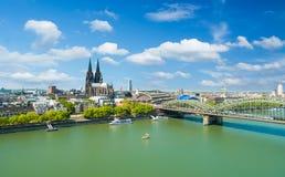 Orizzonte di Colonia con i DOM della cattedrale immagini stock