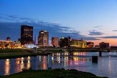 Orizzonte di Dayton, Ohio al tramonto Immagini Stock Libere da Diritti