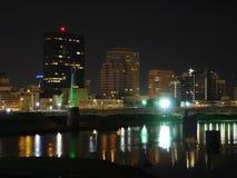 Orizzonte di Dayton, Ohio alla notte con il fiume Fotografia Stock