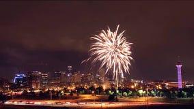 Orizzonte di Denver alla notte con i fuochi d'artificio il 4 luglio 2016 in Colorado, U.S.A. stock footage
