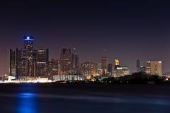 Orizzonte di Detroit alla notte Immagini Stock