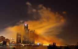 Orizzonte di Detroit coperto in fumo fotografie stock libere da diritti