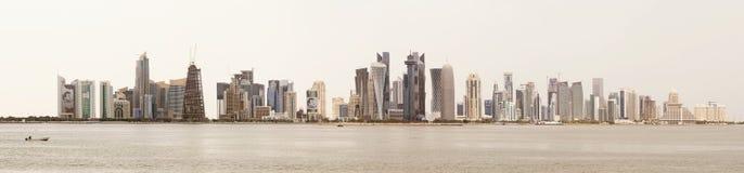 Orizzonte di Doha contro un cielo bianco Fotografia Stock