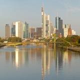Orizzonte di Francoforte e distretto finanziario Fotografia Stock