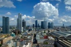 Orizzonte di Francoforte sotto un cielo parzialmente nuvoloso Immagine Stock