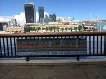 Orizzonte di giorno del ponte di Londra immagini stock libere da diritti