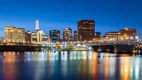 Orizzonte di Hartford e ponte dei fondatori al crepuscolo Immagine Stock Libera da Diritti
