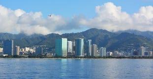 Orizzonte di Honolulu con cielo blu Immagini Stock Libere da Diritti
