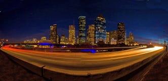 Orizzonte di Houston alla notte con traffico della strada principale Immagini Stock Libere da Diritti