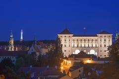 Orizzonte di Hradcany dopo buio, con la torre del palazzo di Czernin, dell'allerta di Petrin, di Loreto ed il monastero del cappu Fotografia Stock Libera da Diritti