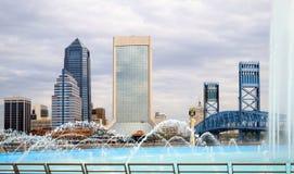 Orizzonte di Jacksonville Florida e fontana di amicizia Immagine Stock Libera da Diritti