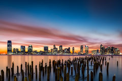 Orizzonte di Jersey City al tramonto Immagini Stock Libere da Diritti