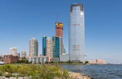 Orizzonte di Jersey City lungo Hudson River fotografia stock