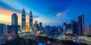Orizzonte di Kuala Lumper a penombra fotografie stock