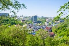 Orizzonte di Kyiv Kiev Vista del tratto di Gonchary e di Vozdvizhenka Kozhemjaki su Podil dalla cima dello Starokievsky Immagine Stock