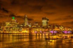 Orizzonte di Londra alla notte Immagini Stock Libere da Diritti