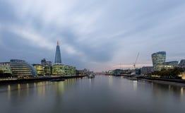 Orizzonte di Londra alla notte Il coccio Corridoio di città immagine stock