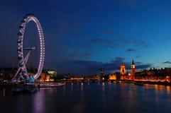 Orizzonte di Londra attraverso il Tamigi Immagini Stock