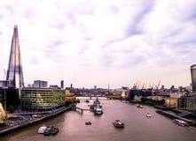 Orizzonte di Londra che sembra ad ovest dal ponte della torre Immagine Stock