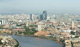 Orizzonte di Londra dal molo color giallo canarino Fotografia Stock Libera da Diritti