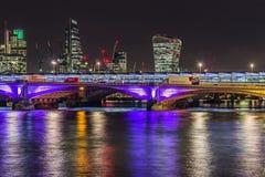 Orizzonte di Londra di notte immagini stock