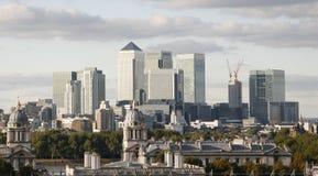 Orizzonte di Londra, molo color giallo canarino Immagine Stock Libera da Diritti