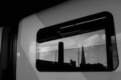 Orizzonte di Londra in treno fotografia stock