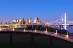 Orizzonte di Louisville, Kentucky all'alba fotografia stock libera da diritti