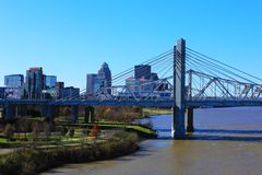 Orizzonte di Louisville, Kentucky con John F Kennedy Bridge fotografie stock libere da diritti