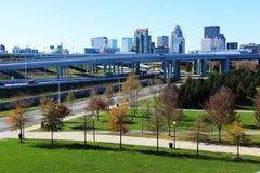 Orizzonte di Louisville, Kentucky con la superstrada nella parte anteriore immagine stock