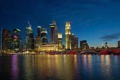 Orizzonte di lungomare del fiume di Singapore all'ora blu Immagine Stock