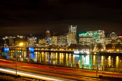 Orizzonte di lungomare di Portland Oregon alla notte Fotografie Stock