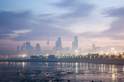 Orizzonte di Madinat al-Kuwait all'alba Fotografia Stock Libera da Diritti