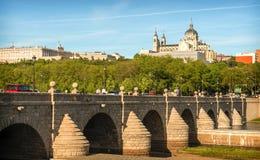 Orizzonte di Madrid con il ponte, Almudena Cathedral e la t di Segovia Immagine Stock