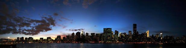 Orizzonte di Manhattan al tramonto Fotografie Stock Libere da Diritti