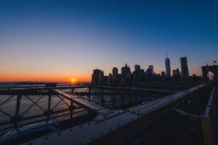 Orizzonte di Manhattan al tramonto immagini stock