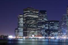 Orizzonte di Manhattan alla notte Immagini Stock Libere da Diritti