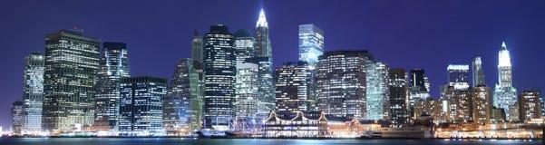Orizzonte di Manhattan alle notti Fotografia Stock Libera da Diritti