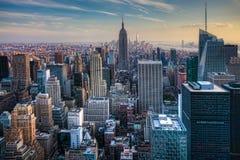 Orizzonte di Manhattan con un cielo nuvoloso Fotografia Stock