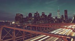 Orizzonte di Manhattan dal ponte di Brooklyn alla notte fotografie stock libere da diritti