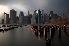 Orizzonte di Manhattan dalla sosta del ponte di Brooklyn Fotografia Stock