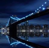 Orizzonte di Manhattan e del ponte di Brooklyn alla notte Immagine Stock