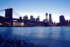 Orizzonte di Manhattan e del ponte di Brooklyn alla notte Immagini Stock