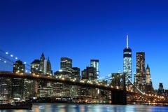 Orizzonte di Manhattan e del ponte di Brooklyn alla notte Fotografie Stock Libere da Diritti