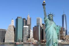 Orizzonte di Manhattan e la statua di libertà Fotografia Stock Libera da Diritti