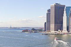 Orizzonte di Manhattan e statua di libertà Fotografie Stock