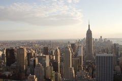 Orizzonte di Manhattan, NY al crepuscolo Immagini Stock