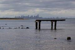 Orizzonte di Melbourne dalla costa Immagini Stock