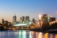 Orizzonte di Melbourne e fiume di Yarra alla notte Immagini Stock