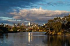 Orizzonte di Melbourne sopra il fiume di Maribyrnong Immagine Stock